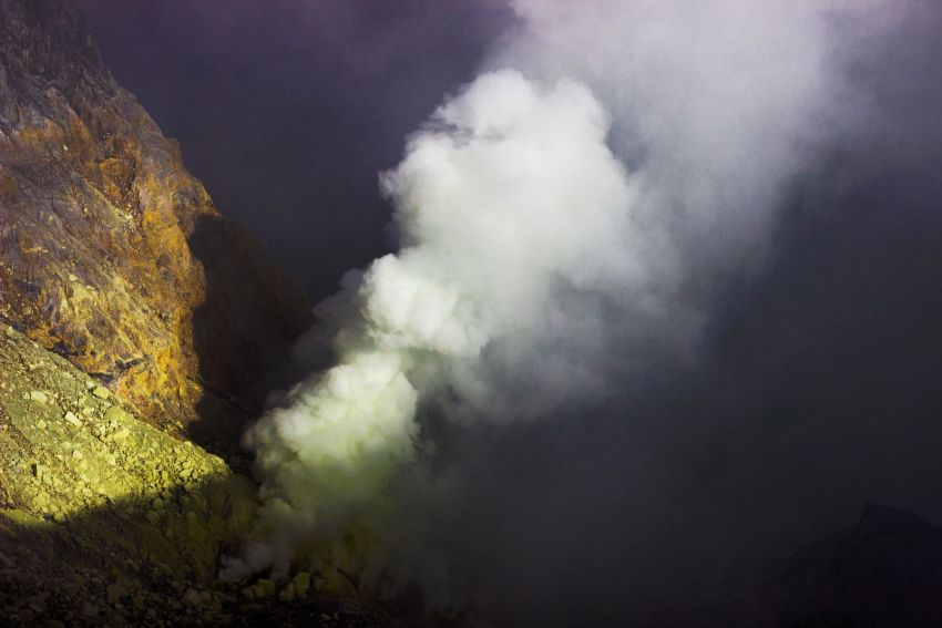 Kawah Ijen - Burning sulfur